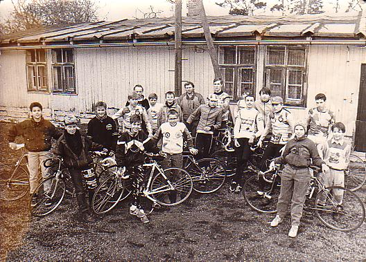 Vor der Radsportbaracke in Löbau Süd (Anfang der 90er)